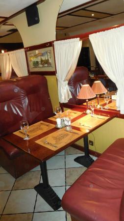 Orient Express : Столик с мягкими диванами