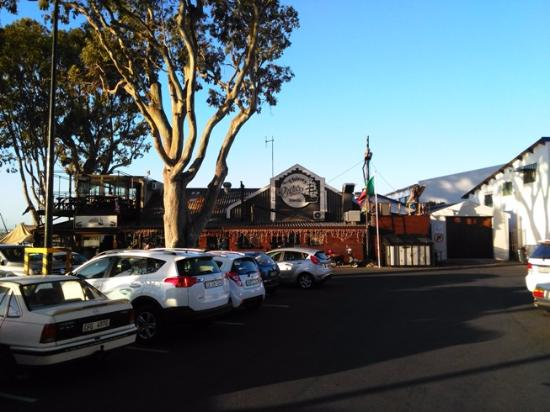 Gordon's Bay, Sudáfrica: Parking available at the Thirsty Oyster