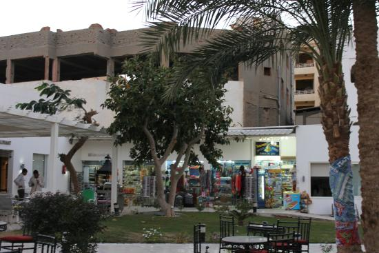 Festival Shedwan Golden Beach Resort: Sicht auf einen angefangenen und beendeten Bau vom Hotelgarten aus