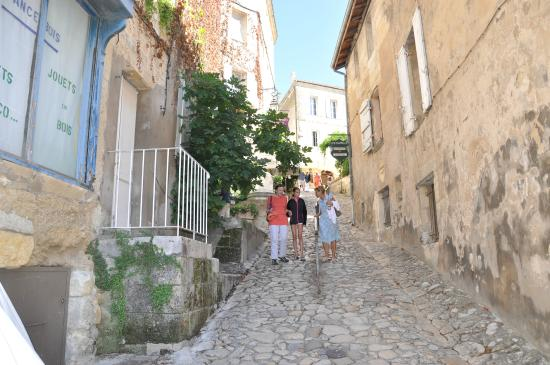 Saint Colomb de Lauzun, ฝรั่งเศส: Narrow street in Saint Emilion