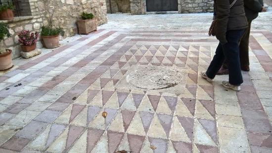 San Terenziano, Włochy: Pavimento nella caratteristica pietra rosa
