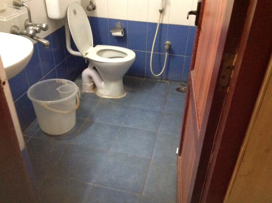 The Mount Manor: dirty bathroom floors and tiles