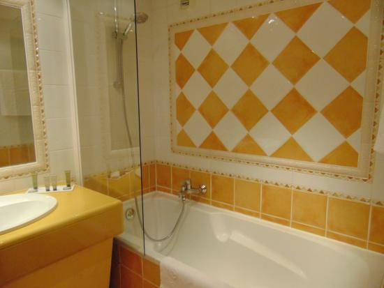 Tub/shower in washroom (yes, we had 2 showers) - Picture of Villa ...