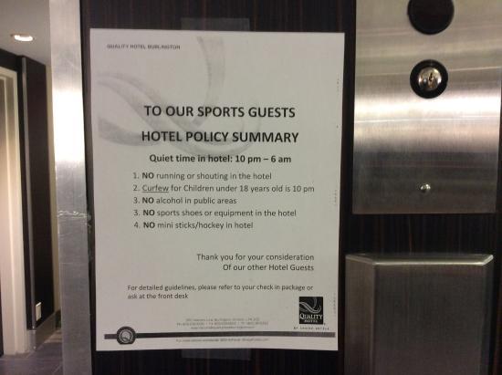 Quality Hotel Burlington: Sign in lobby.