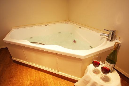 Auto Lodge Motel: Deluxe Spa Suite Bathroom