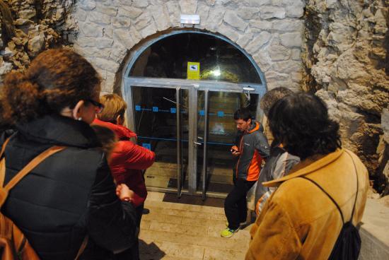 La cueva de los franceses : Primer puerta y el guía.