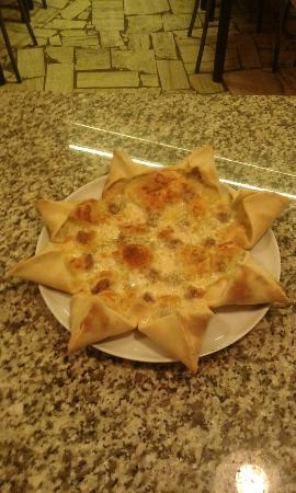 Castel San Gimignano, Italia: Pizza stella con mozzarella salsiccia e gorgonzola