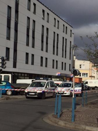 Bobigny, França: Exterior, Police condoned off the hotel!