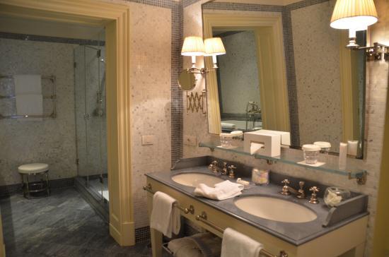 J.K. Place Capri: Junior suite bathroom
