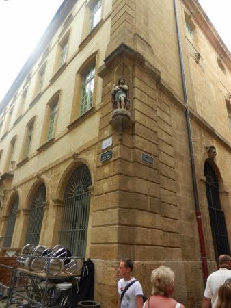 Halle aux grains : Статуя Св. Рока - защитника от чумы (строительство здания было прервано во время эпидемии в 1718