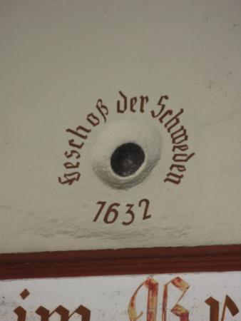 Magister Faust Haus: пушечное ядро в стене дома магистра Фауста