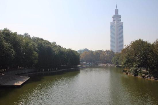 Jining, China: 公園内の池と遊歩道