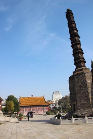 Jining, China: 鉄塔と再建された本殿