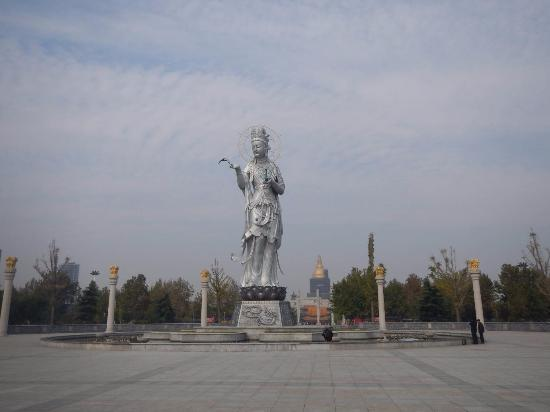 Wenshang County, China: 寺前の広場に立つ観音像