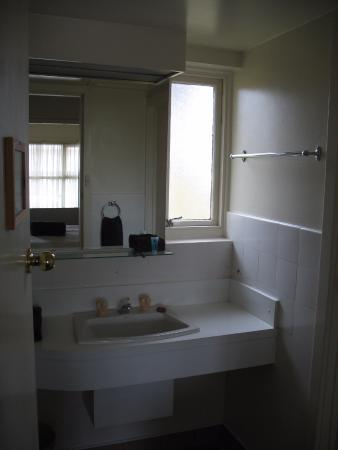 Abel Tasman Airport Motor Inn: the bathroom has separate shower and toilet 'cubicles'