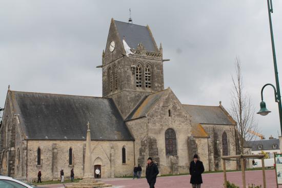 Lglise Et Le Parachute  Photo De Sainte Mere Eglise SainteMere