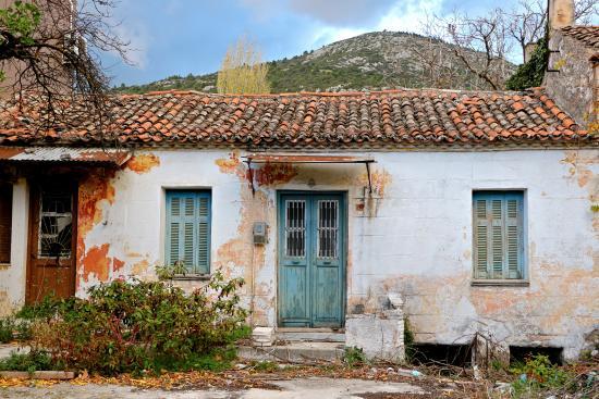 West Attica Region, Grécia: Εγκαταλειμμένα σπίτια στα Βίλια