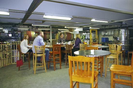 Pittsfield, ماساتشوستس: Tasting Room at Balderdash Cellars