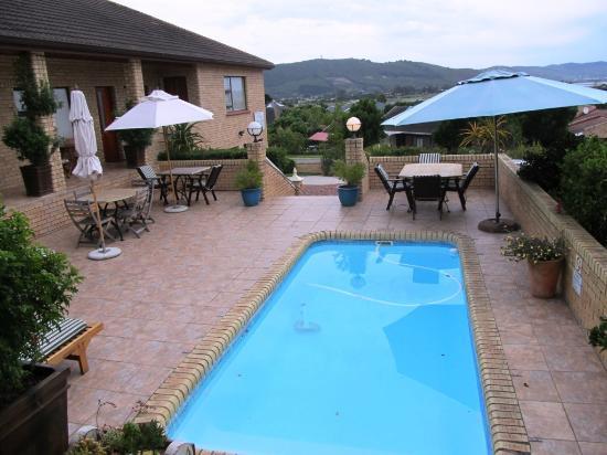 Amber Guest Lodge : Blick über den Pool vor der Sunset Suite
