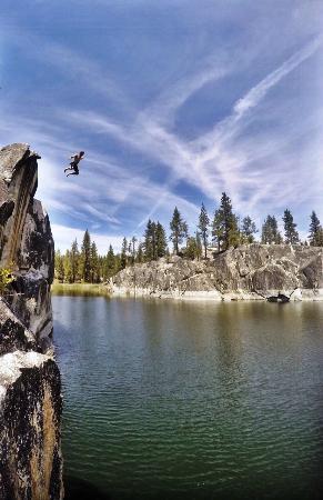 Shaver Lake, Калифорния: Jumping rock at Dorris Lake
