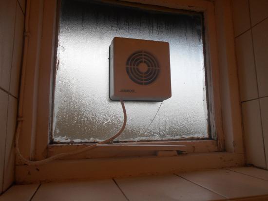 Riverside Hotel: filthy bathroom fan and window