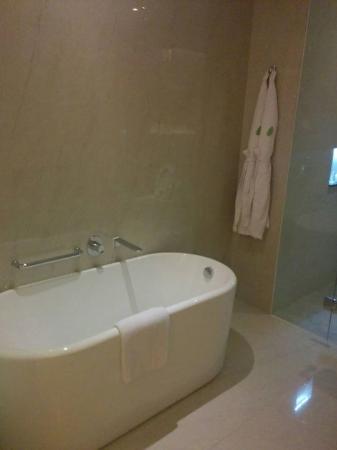 Bathtub - Picture of Resinda Hotel Karawang Managed by Padma Hotels ...