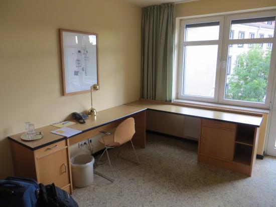 Etonnant Gaestehaus Am Weberplatz: Lot Of Space To Work With Big Work Table