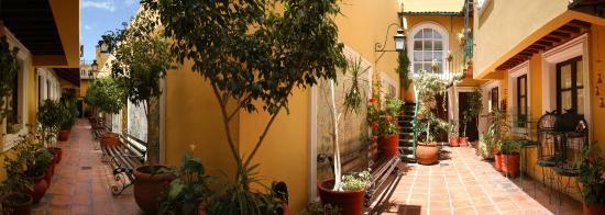 La Morada Hotel: Pasillo área colonial