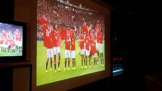 Albilad Gardens : Big screen great for football whilst you dine