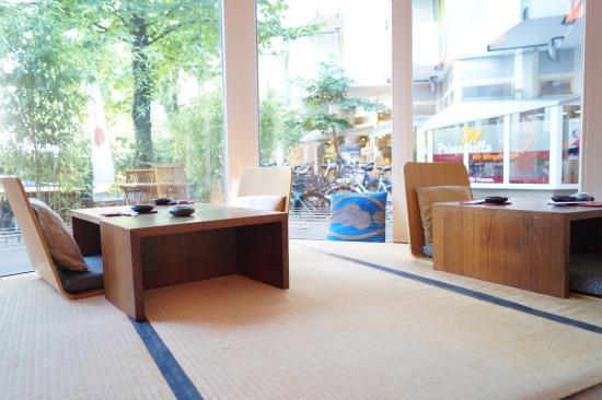 Auf Japanischen Tatami Matten Sitzen Und Nach Draussen