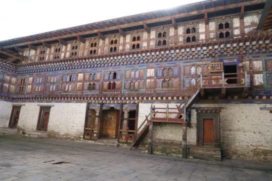 Jakar, Бутан: Wangduechhoeling Palace courtyard