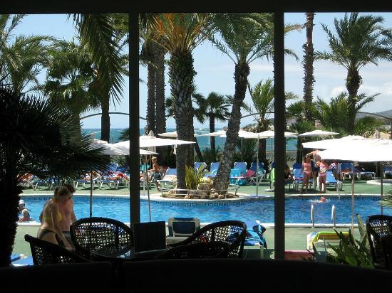 Hotel Caprici: Вид на бассейн из холла
