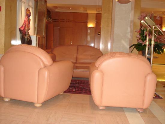 Le Grand Hotel des Thermes Marins de St-Malo : Une partie d'un salon.