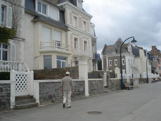 Le Grand Hotel des Thermes Marins de St-Malo : Le long de la plage.