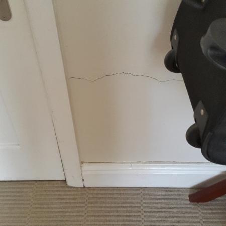 Cascade Manor: Cracks in walls