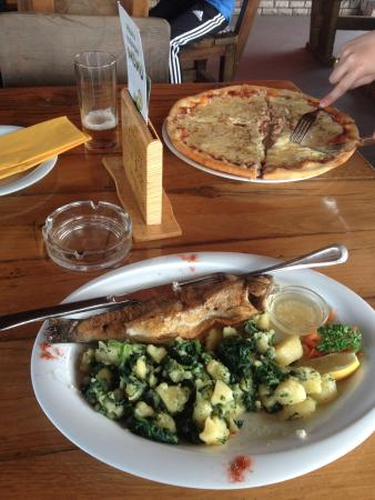Grabovac, Croatie : Grilled trout and pizza