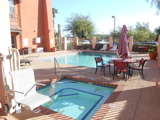 Baymont Inn & Suites Tempe Phoenix Airport: Outdoor heated pool & Spa