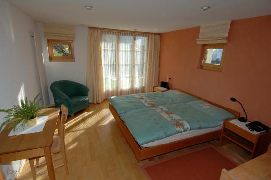 Pension Chalet Berkana: Schönes Doppelzimmer mit Türe zum Garten.