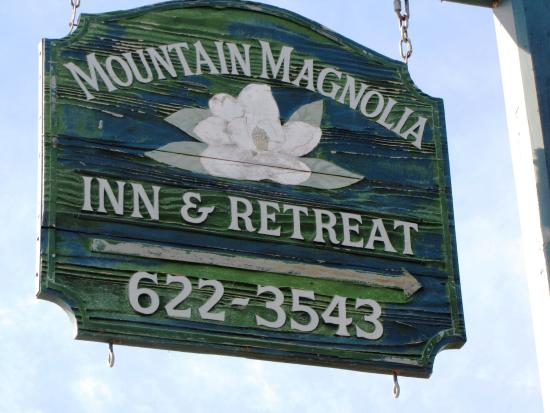 Mountain Magnolia Inn, Suites & Restaurant: Route sign