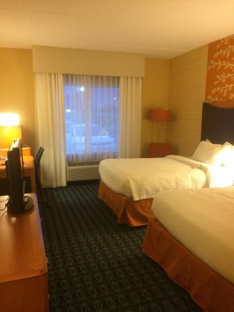Fairfield Inn & Suites Harrisburg Hershey: Double guest room, hotel pool and hot tub. All areas very clean!