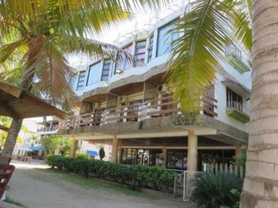 Hotel and Restaurant Sherwood: Hotel view from the beach