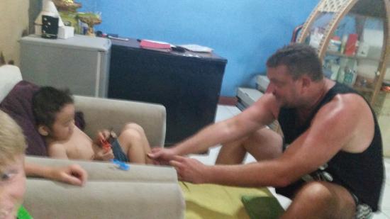 Bali Segara Spa: Havng fun with one of the families kids