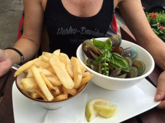 Koke pub and cafe: Fantastic fresh mussels served with big bowl of chips