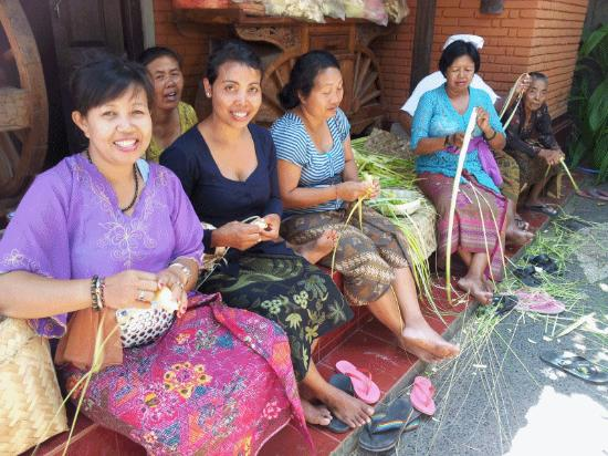 Pejeng, Indonezja: Local family at Swallow Gusthouse