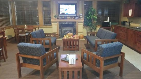 Prairie Inn and Suites: Gorgeous front lobby where my family and I hung out