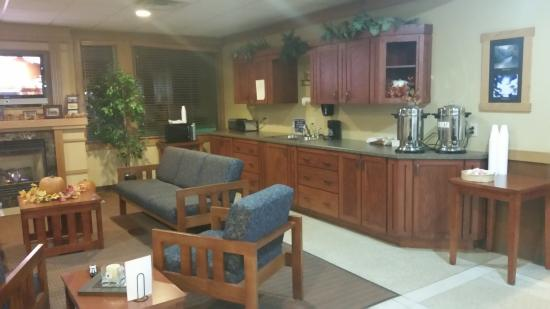 Prairie Inn and Suites: Counter is where continental breakfast is served.  Quite a nice selection.