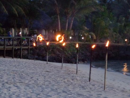 Savaii Lagoon Resort: View of the beach area at night as torches lit