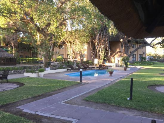 Cresta Riley's Hotel : Blick von der Poolbar auf das Hauptgebäude