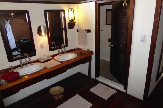 Belmond Khwai River Lodge: Badbereich des Zimmers