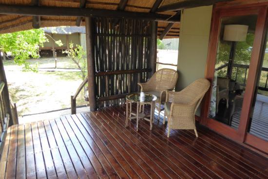 Belmond Khwai River Lodge: Veranda des Zimmers/Zelts